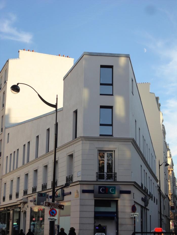Restructuration et surélévation d'un immeuble de logements, Paris XXe : vue frontale site
