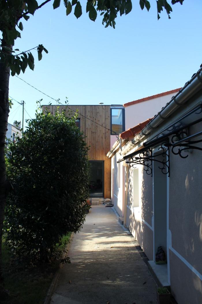 Rénovation et extension de maison, construction à ossature bois : 09_depuis le fond du jardin.JPG